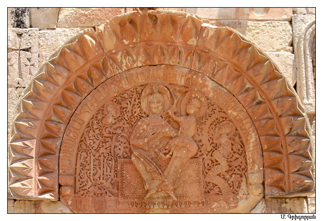 Файл:Рельеф Богородицы с младенцем, украшающий притвор церкви Св. Карапета.jpg