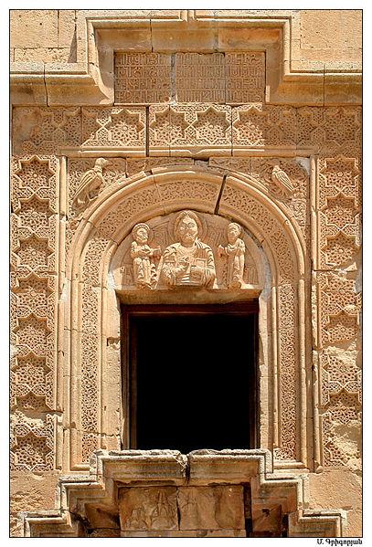 Файл:Рельеф Христа с апостолами Пертом и Павлом у входа на второй уровень церкви Аствацацин.jpg